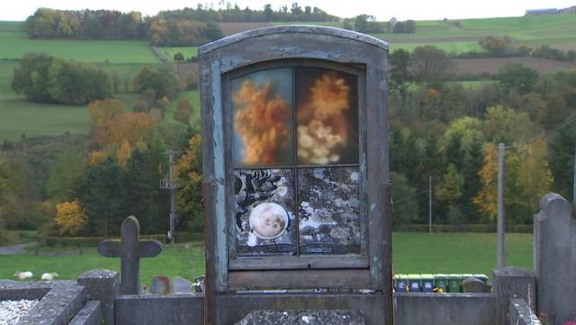 """""""A la vie, à la mort"""" : intégration d'oeuvres d'art au cimetière de Grand-Marchin"""