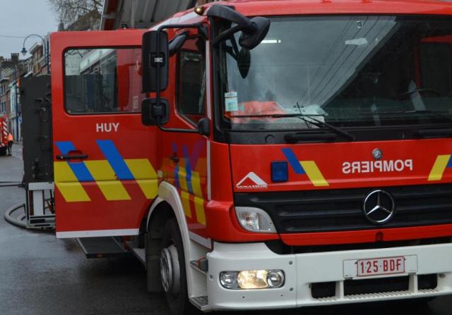Hangar ravagé par les flammes à Saint-Georges-sur-Meuse