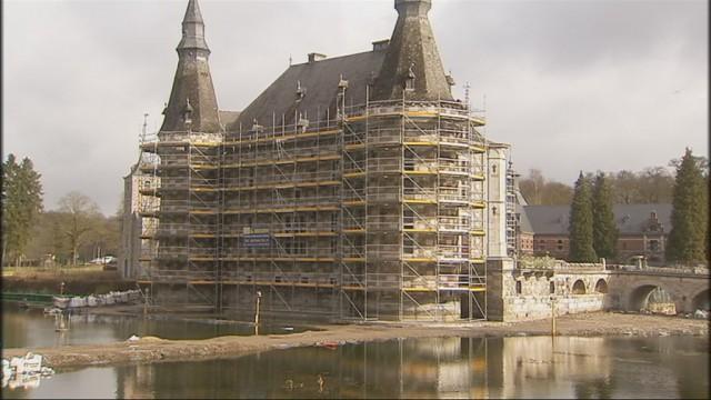 Le château de Jehay cerné par... les échafaudages !