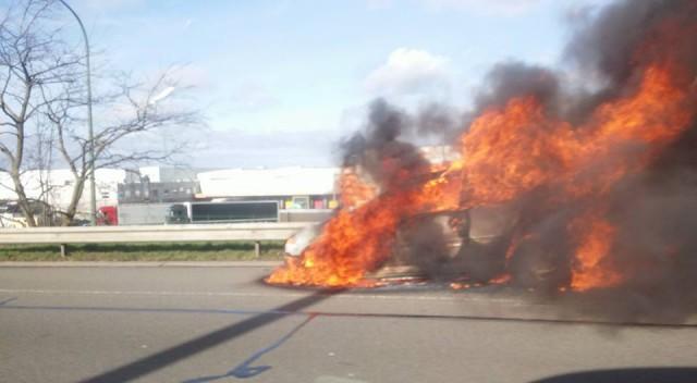 Voiture en feu sur l'autoroute à Bierset