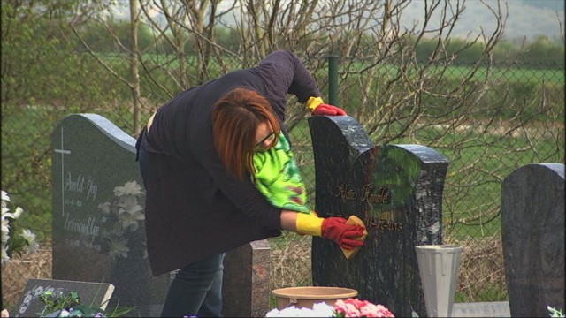Une Wanzoise entretient et fleurit les sépultures
