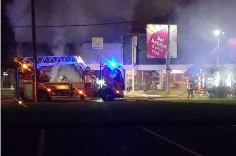 Un incendie détruit deux commerces à Rocourt (vidéo)