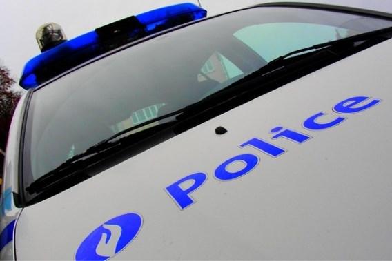 A coups de pied, il démonte la portière du véhicule de police