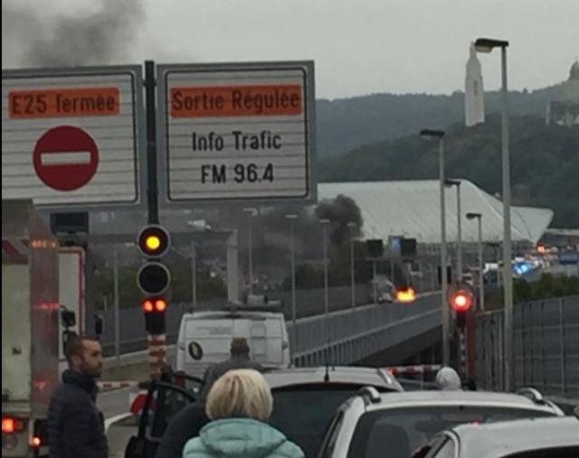 Une voiture en feu à la sortie du tunnel sous Cointe