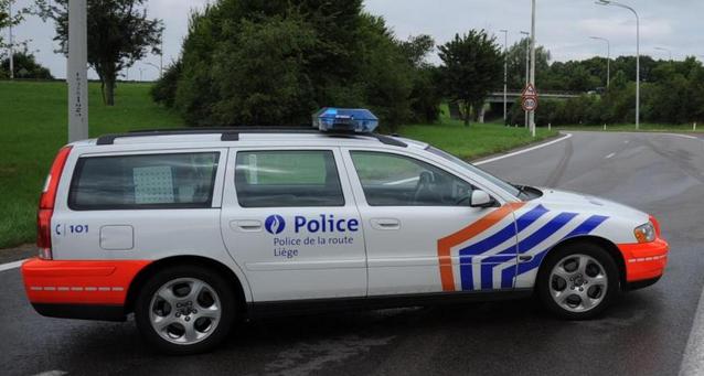 Elle accroche un véhicule de police puis prend la fuite !