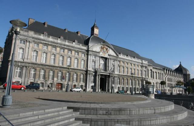 Un individu boute le feu à la porte d'entrée du Palais provincial de Liège