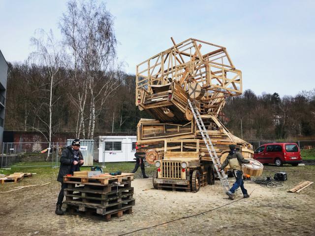 Carnaval du Nord : des voitures empilées en guise de bûcher