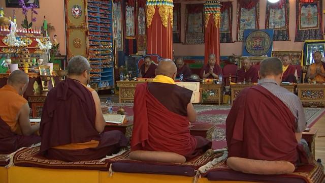 Honorez les défunts avec des lamas tibétains
