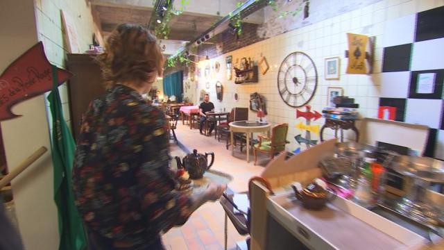 Des enchères dans un salon de thé pour survivre aux travaux