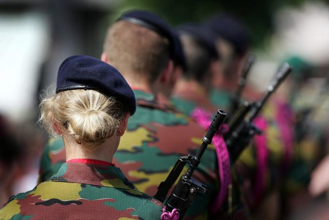 Des pop-up stores dans des centres commerciaux pour attirer les femmes dans l'armée