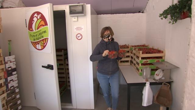 A l'arrêt complet Manon Lepomme vend des fraises