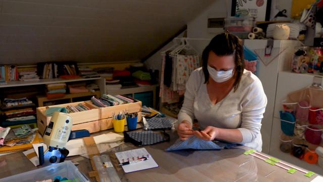 Des couturières indépendantes s'organisent face à la pénurie de masques