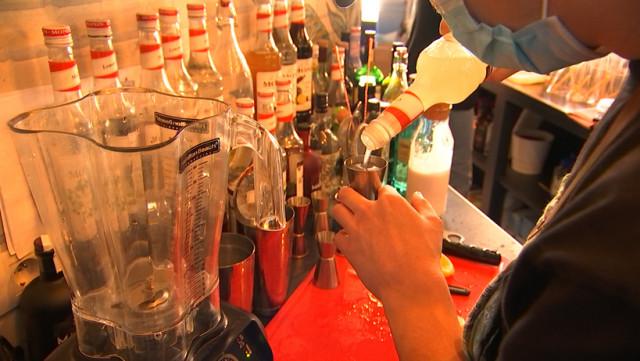 Des cocktails fraichement préparés par un barman, livrés à domicile