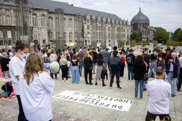 """Une centaine de personnes """"tournent le dos"""" aux autorités à Liège"""