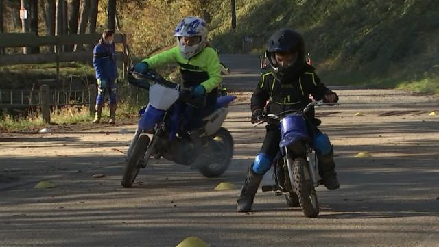 Les débuts de très jeunes motards en stage avec Richard Hubin