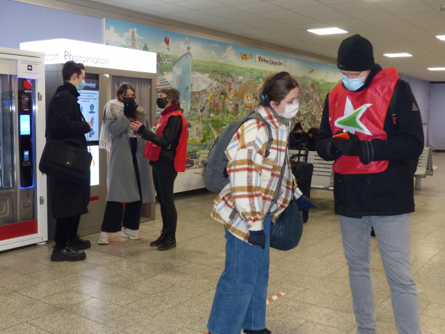 Des militants PTB à la gare de Liège Saint-Lambert pour dénoncer la fermeture de guichets
