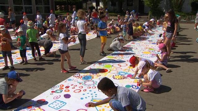 350 enfants pour une fresque !