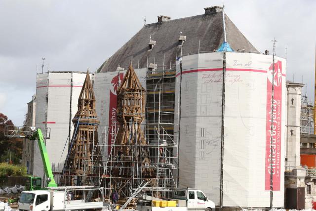 Amay : observer de près la restauration des tours du château de Jehay