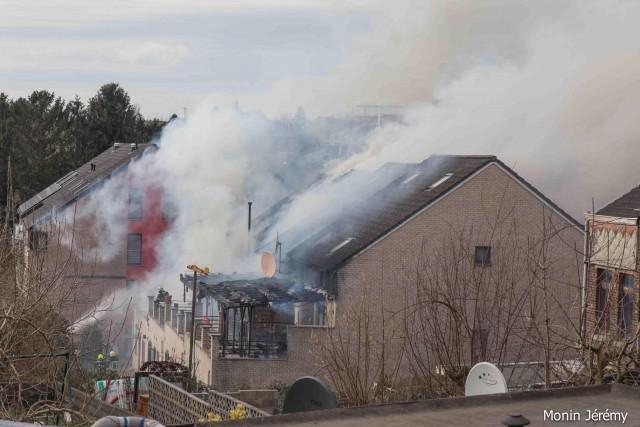 Cinq habitations touchées par un violent incendie à Liège (photos)