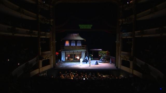 Colasse installe un surtitrage quadrilingue à l'Opéra