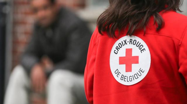 Coronavirus : des tentes de La Croix Rouge devant les hôpitaux