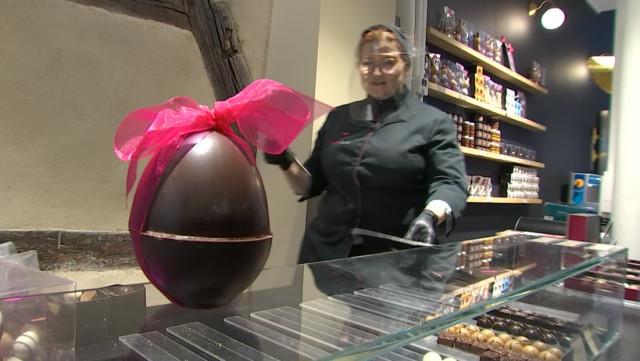 Derniers jours de travail pour les chocolatiers avant Pâques