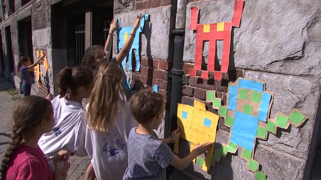 Des enfants s'adonnent au street art pendant les vacances
