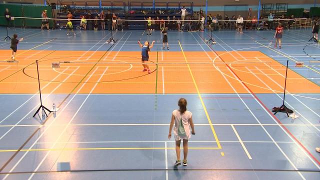 Des jeunes mordus de badminton