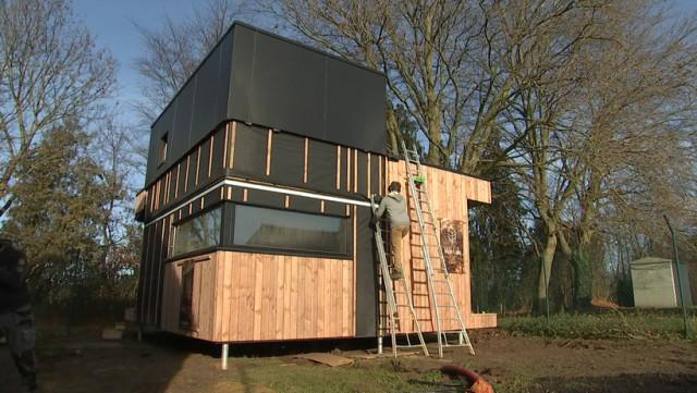 Des logements d'urgence fait de paille et de bois