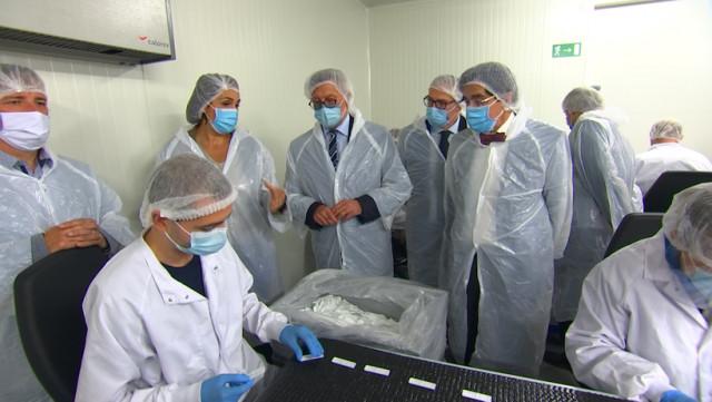 Elio Di Rupo visite Zentech, qui produit 40.000 tests sérologiques par jour