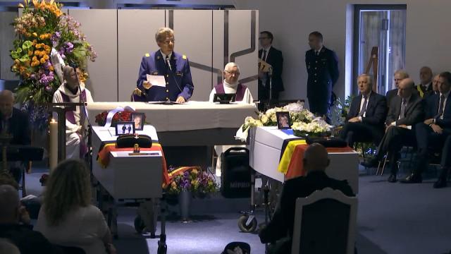 Emotion et hommage aux funérailles des deux policières
