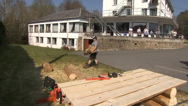 Ferrières : Olivier fait du mobilier en bois devant les résidents du home