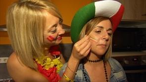 Deux amies, une Espagnole, une Italienne pour le duel Italie - Espagne