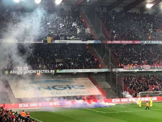Jets de fumigènes : l'arbitre met fin au match Standard/Anderlecht !