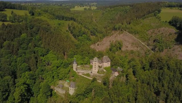 Vu du Ciel de l'été :  5 anciens  châteaux-forts féodaux