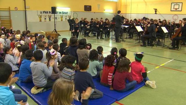 L'orchestre philharmonique joue dans leur école