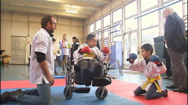 La ministre Simonis avec les enfants infirmes moteurs cérébraux
