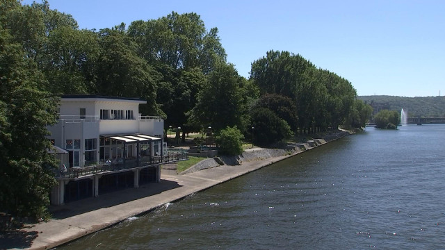 "Terrasse ""sélect"" en bord de Meuse"