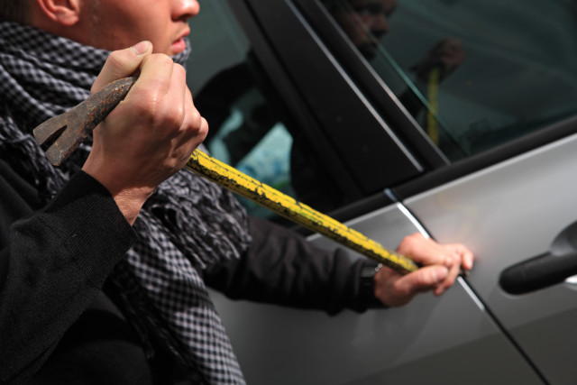 Liège : pris en flagrant délit de vol dans des voitures