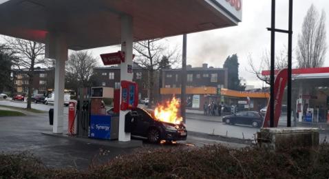 Liège: un véhicule en feu à une station essence