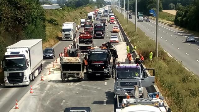 Plusieurs kilomètres de file sur l'E42 suite à l'incendie d'un camion