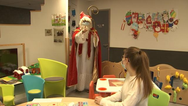 Saint-Nicolas rend visite aux enfants hospitalisés à Huy