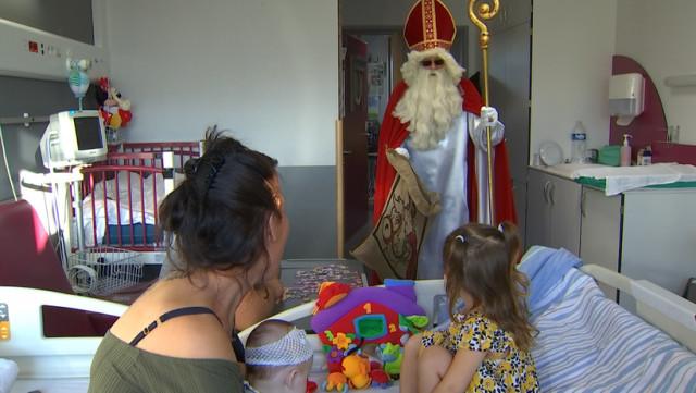 Saint Nicolas rend visite aux jeunes malades du CHRH