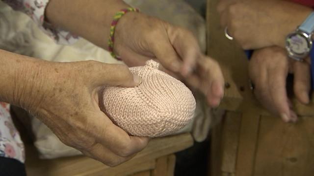 Tricoter des 'petits nichons' pour la bonne cause