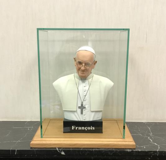 Un Amaytois offre un buste au pape François