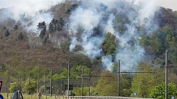 Un hélicoptère pour lutter contre le feu dans les bois au Sart Tilman
