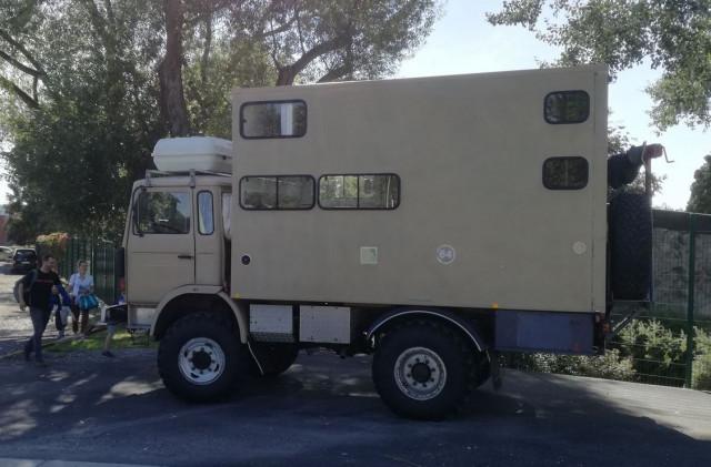 Une famille en route pour l'Afrique à bord d'un camion aménagé